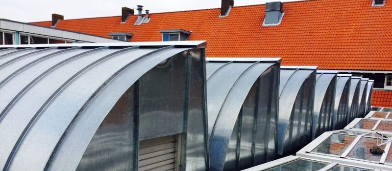 Zinkwerk, uitgevoerd in zink of koper voor o.a. dakbedekking, goot of hemelwaterafvoer.